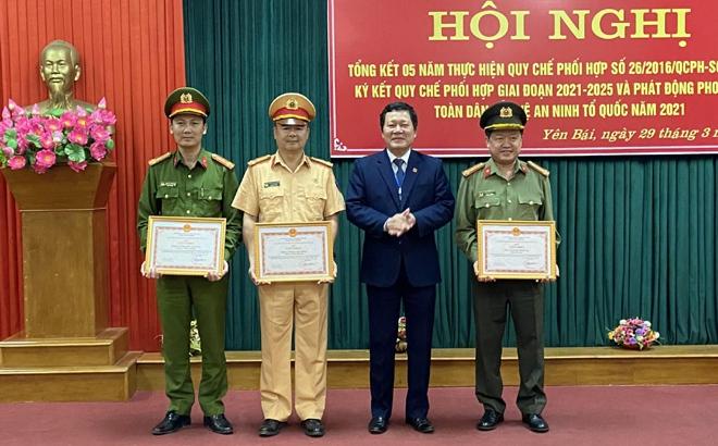 Đồng chí Vương Văn Bằng - Giám đốc Sở GD&ĐT trao Giấy khen cho các tập thể đã có thành tích xuất sắc trong công tác thực hiện phối hợp giai đoạn 2016-2020