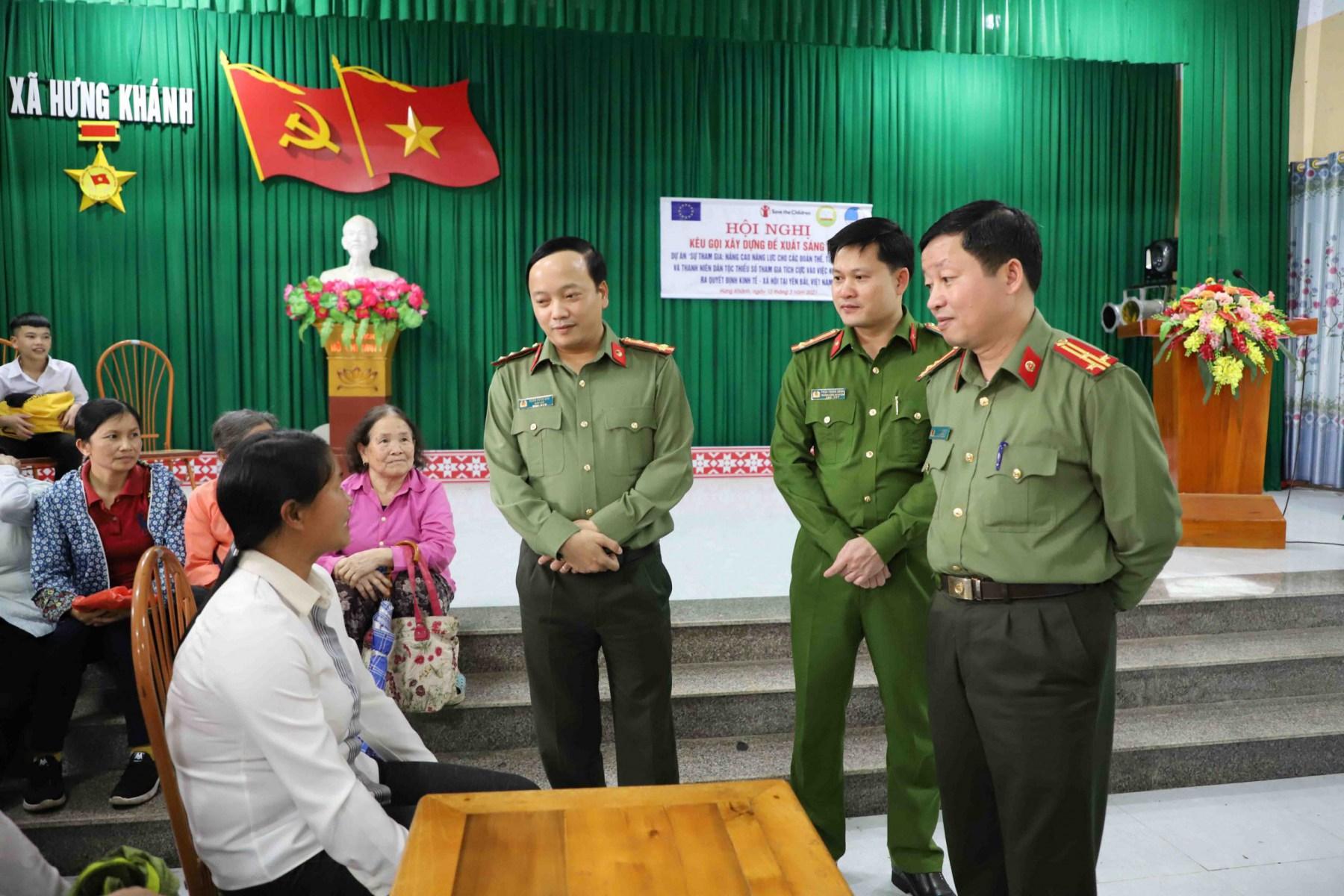 Đoàn công tác Công an tỉnh hỏi thăm và động viên người dân đến làm thủ tục cấp CCCD.