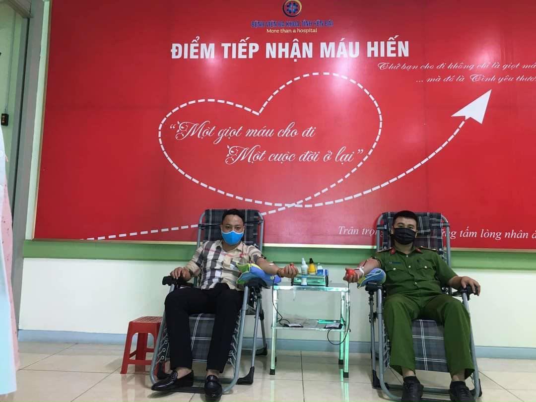 Hai cán bộ Công an kịp thời hiến máu cứu người