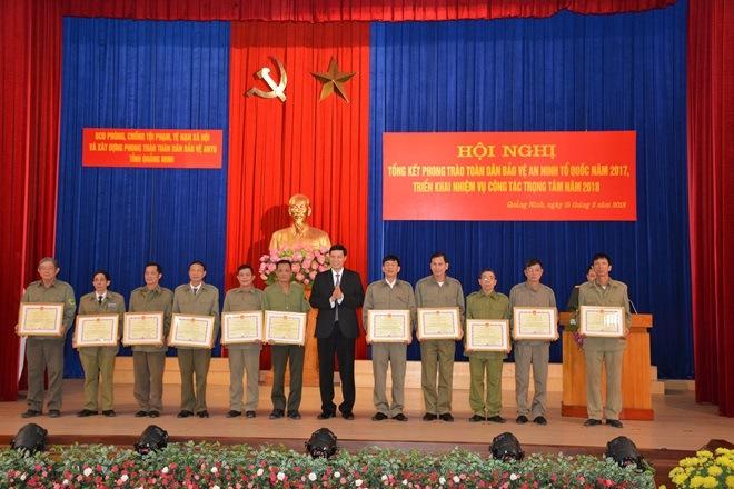 Chủ tịch UBND tỉnh Quảng Ninh Nguyễn Đức Long trao bằng khen cho các đơn vị có thành tích cao.
