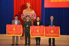 Thứ trưởng Nguyễn Văn Sơn trao cờ thi đua cho các đơn vị dẫn đầu phong trào.