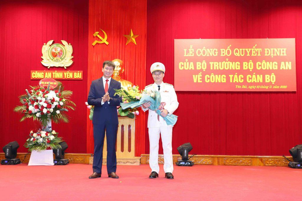 Đồng chí Trần Huy Tuấn - Phó Bí thư Tỉnh ủy, Chủ tịch UBND tỉnh Yên Bái tặng hoa chúc mừng đồng chí Thượng tá Đinh Xuân Thiệp, Phó Giám đốc Công an tỉnh.