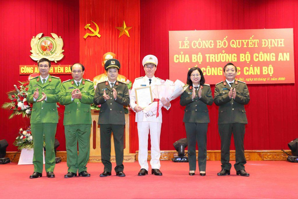 Ban Giám đốc Công an tỉnh Yên Bái tặng hoa chúc mừng đồng chí Thượng tá Đinh Xuân Thiệp, Phó Giám đốc Công an tỉnh.