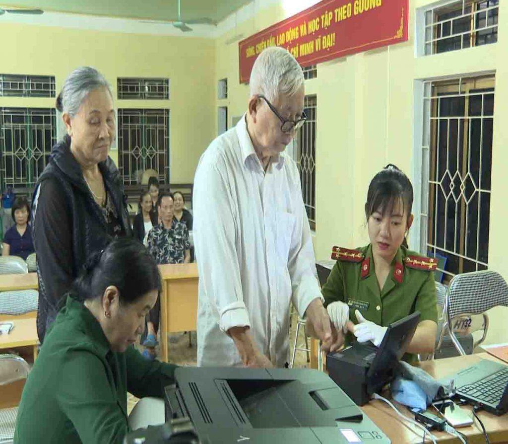 Công an thành phố Yên Bái cấp thẻ căn cước công dân gắn chíp điện tử cho người dân trên địa bàn.