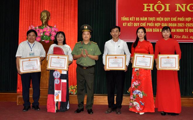 Đại tá Đặng Hồng Đức - Giám đốc Công an tỉnh trao giấy khen cho các cá nhân đã có thành tích xuất sắc trong công tác phối hợp giai đoạn 2016-2020.