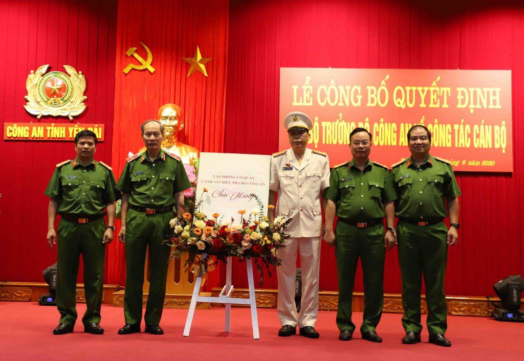 Lãnh đạo Văn phòng Cơ quan Cảnh sát điều tra, Bộ Công an tặng hoa chúc mừng đồng chí Đại tá Đặng Xuân Quỳnh, Phó Giám đốc Công an tỉnh.