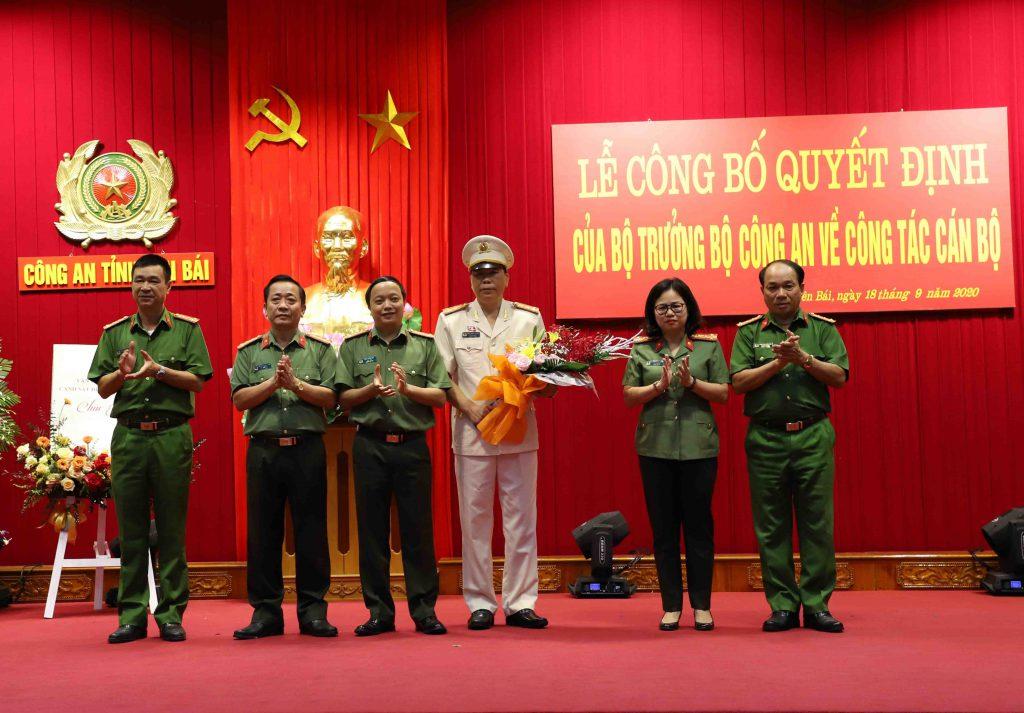 Ban Giám đốc Công an tỉnh Yên Bái tặng hoa chúc mừng đồng chí Đại tá Đặng Xuân Quỳnh, Phó Giám đốc Công an tỉnh.