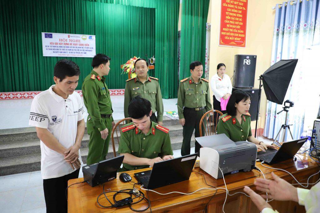 Đại tá Đặng Hồng Đức kiểm tra, chỉ đạo công tác cấp CCCD tại điểm hội trường UBND xã Hưng Khánh.