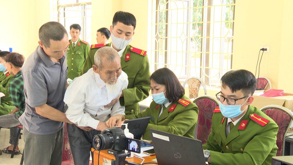 Công an huyện Văn Chấn, tỉnh Yên Bái làm thủ tục cấp thẻ căn cước công dân gắn chíp điện tử cho người già yếu trên địa bàn.