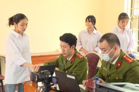 Công an huyện Văn Chấn, tỉnh Yên Bái làm thủ tục cấp thẻ căn cước công dân gắn chíp điện tử cho học sinh trên địa bàn.