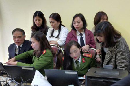 Cán bộ Phòng Cảnh sát Quản lý hành chính về trật tự xã hội, Công an tỉnh Yên Bái làm thủ tục thu nhận hồ sơ cấp căn cước công dân.