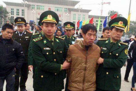 Lực lượng chức năng tiếp nhận đối tượng Trương Văn Hà từ Công an Trung Quốc.