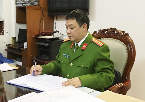 Thiếu tá Dương Minh Tùng, đội trưởng đội CSHS đặc nhiệm đang nghiên cứu hồ sơ một vụ án.